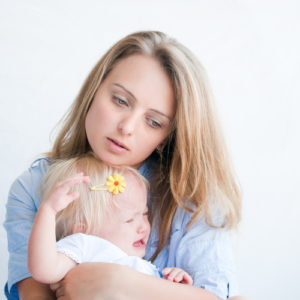 Грустная мама и ребенок
