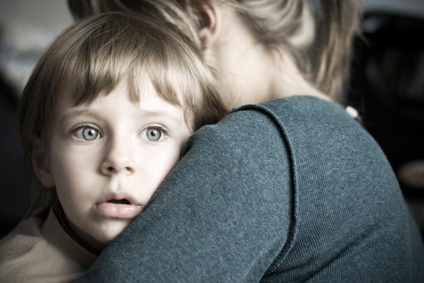 Испуганный ребенок и мама