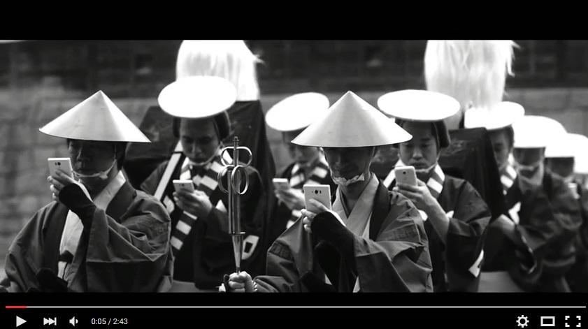Реклама дня: японцев предупреждают об опасности использования смартфонов на примере самураев