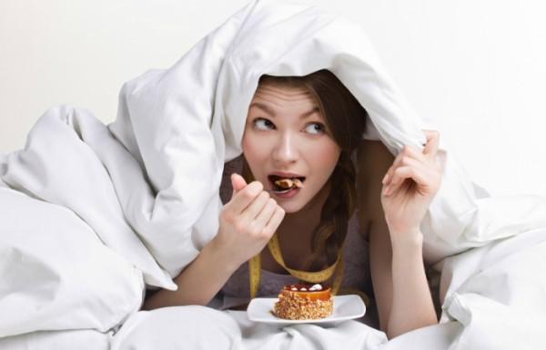 Недосып заставляет людей переедать, считают ученые