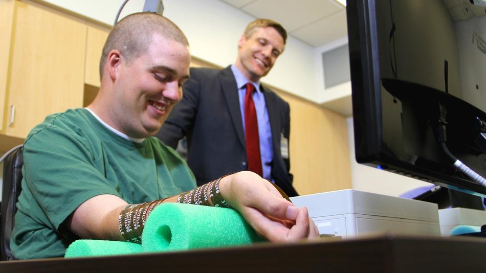 Парализованный мужчина смог управлять рукой с помощью имплантированного в мозг чипа